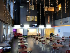 Overzicht foto van een met contrast gestileerde school aula