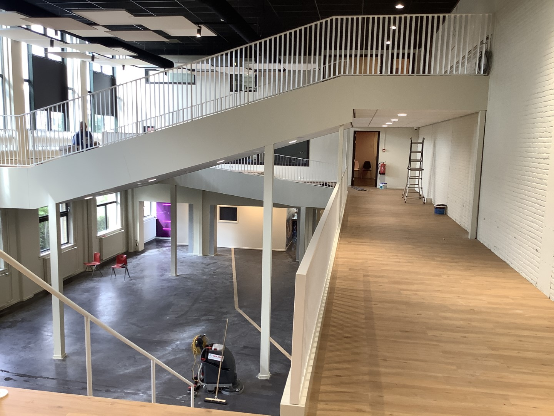 Foto van open trappen in aula hal